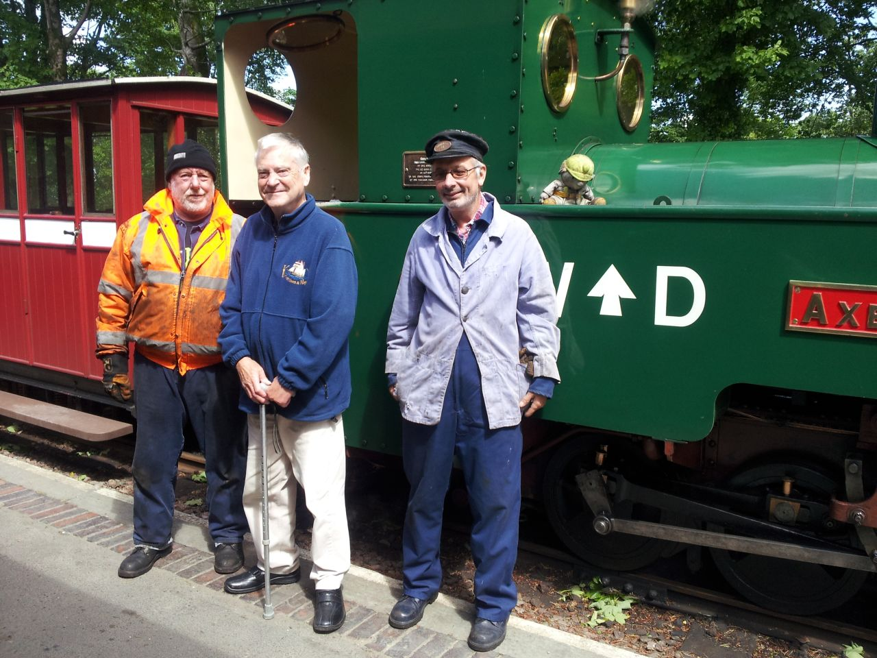 latest news page the lynton barnstaple railway local artist eric leslie well known for his wonderful paintings of the l b ed woody bay over the weekend photographed by our catering manager judy